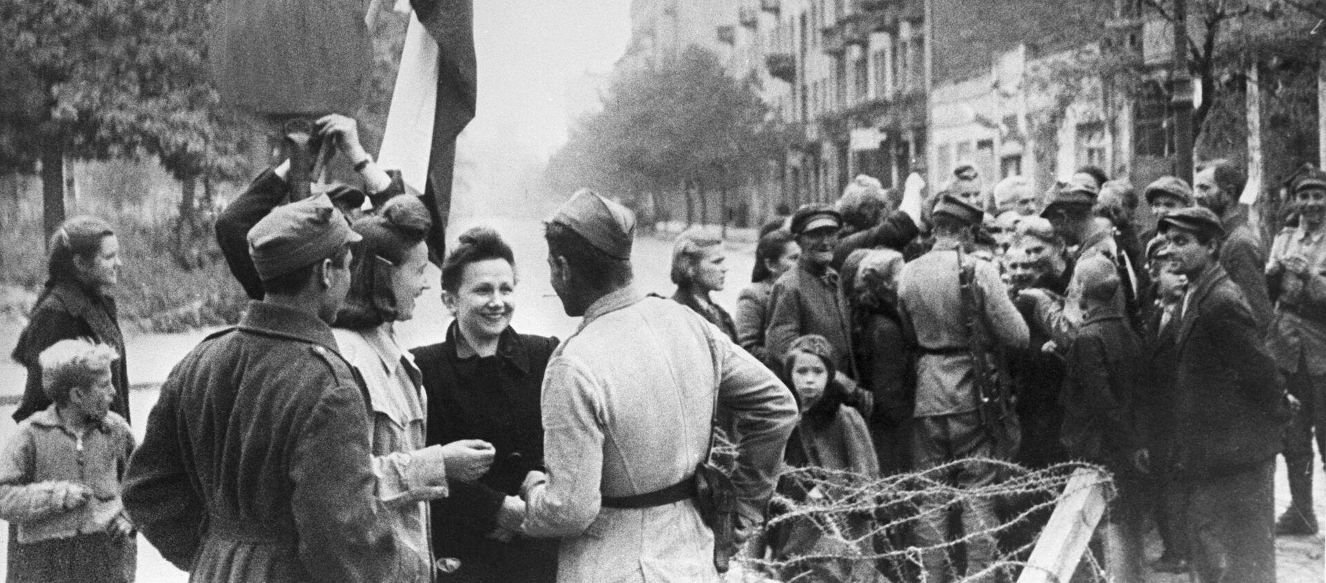 Mieszkańcy Warszawy i czerwonoarmiści, 1945 r. - Sputnik Polska, 1920, 07.05.2021