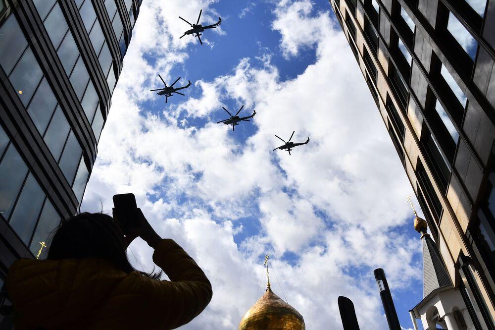 Śmigłowce szturmowe Mi-28N Night Hunter podczas próby lotniczej części parady z okazji 76. rocznicy zwycięstwa w Wielkiej Wojnie Ojczyźnianej w Moskwie