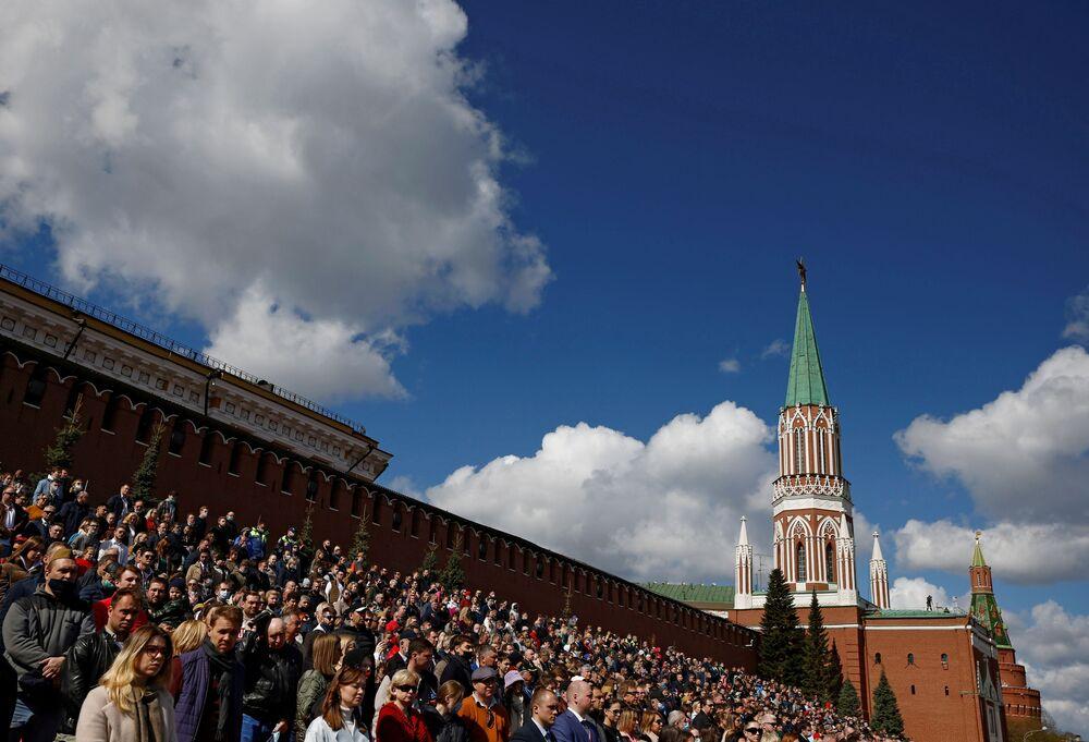 Widzowie oglądają próbę generalną Parady Zwycięstwa w Moskwie