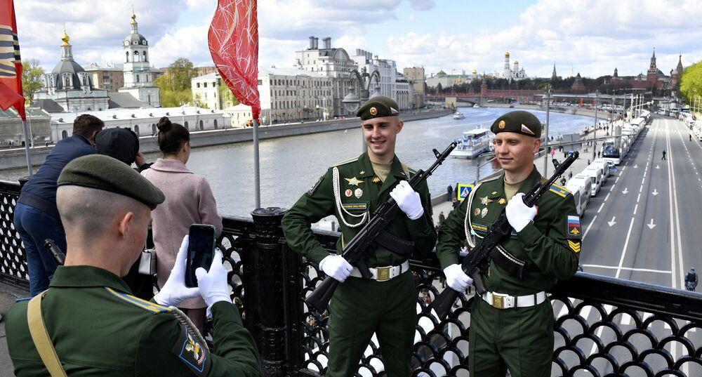 Rosyjscy żołnierze pozują do zdjęcia na moście nad rzeką Moskwą