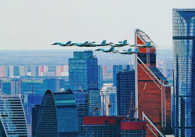 """""""Skrzydło taktyczne"""" z Su-30SM, myśliwców Su-35S i bombowców Su-34 lecących podczas próby generalnej części lotniczej parady z okazji 76. rocznicy zwycięstwa w Wielkiej Wojnie Ojczyźnianej"""