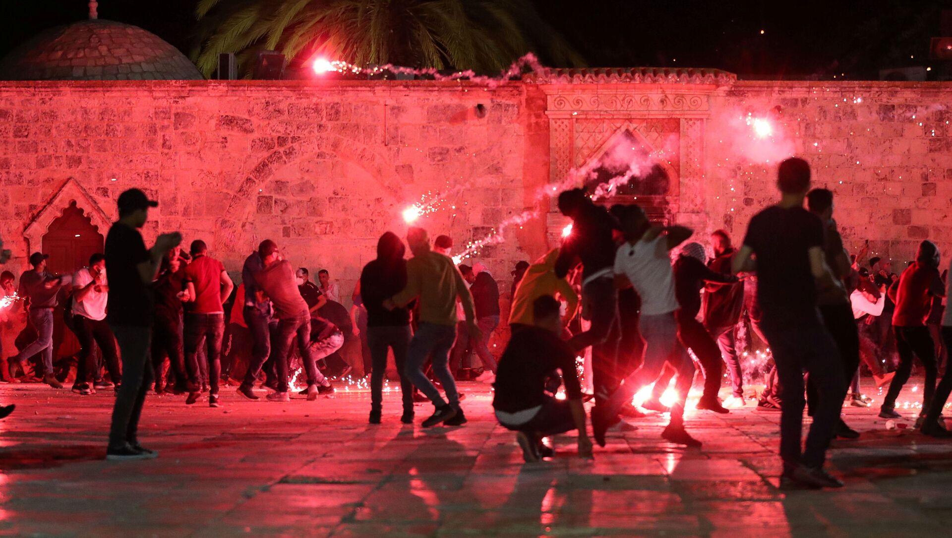 Palestyńczycy reagują jak izraelska policja wystrzeliwuje granaty w dzielnicy Sheikh Jarrah na Starym Mieście w Jerozolimie, 7 maja 2021 r - Sputnik Polska, 1920, 08.05.2021