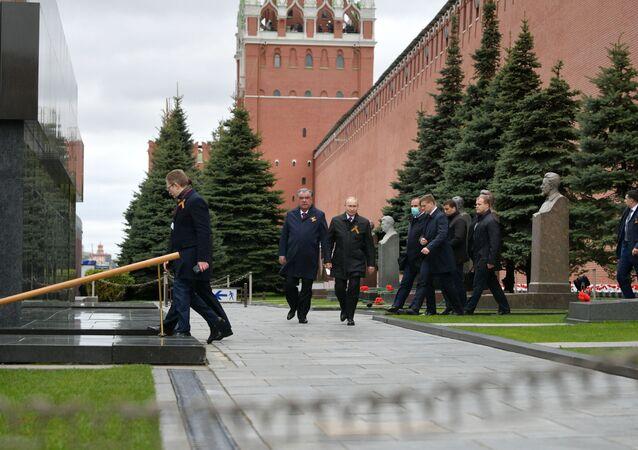 Prezydent Rosji Władimir Putin i prezydent Tadżykistanu Emomali Rahmon pod murami Kremla podczas Parady Zwycięstwa 2021 w Moskwie
