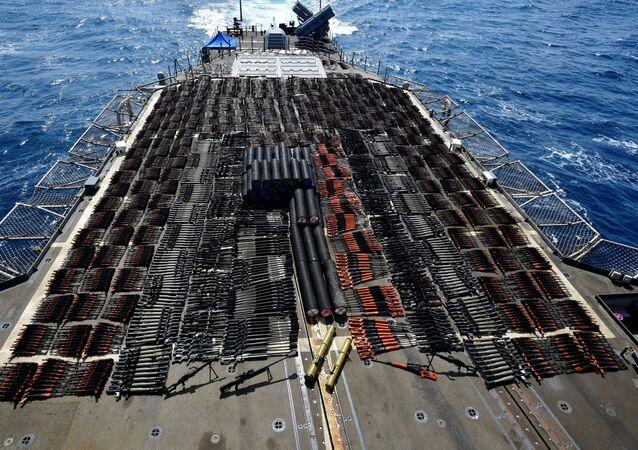 Skonfiskowana broń na okręcie USS Monterey