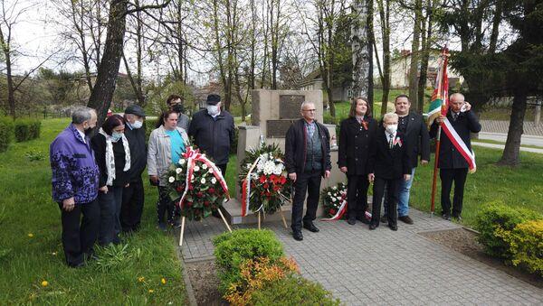 Grupa brzeszczan złożyła kwiaty pod pomnikami walki z faszyzmem, 8 maja 2021 roku - Sputnik Polska