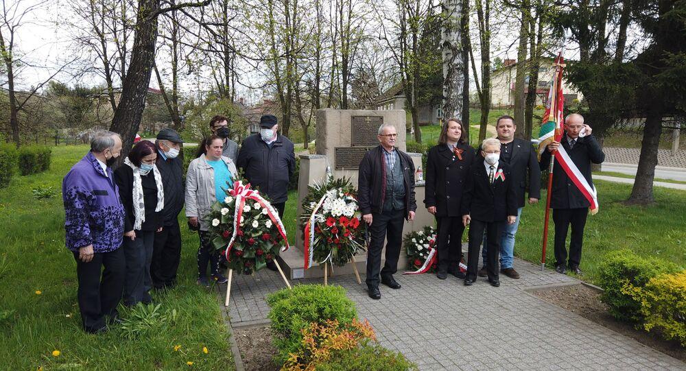 Grupa brzeszczan złożyła kwiaty pod pomnikami walki z faszyzmem, 8 maja 2021 roku