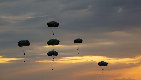 Amerykańscy żołnierze podczas ćwiczeń Swift Response. Zdjęcie archiwalne. - Sputnik Polska