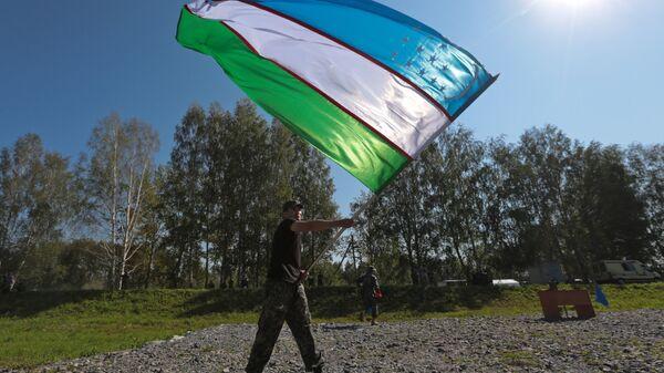 Żołnierz z flagą Uzbekistanu - Sputnik Polska
