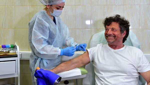 Deputowany Bundestagu z Lewicy Diether Dehm podczas szczepień przeciwko COVID-19 rosyjskim lekiem Sputnik V w Moskwie  - Sputnik Polska