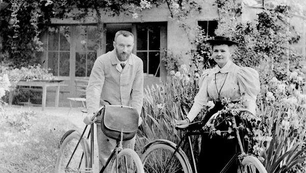 Maria Skłodowska-Curie z mężem Pierre'em Curie - Sputnik Polska