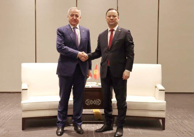 Ministrowie spraw zagranicznych Tadżykistanu i Kirgistanu Sirodżidin Muchriddin i Rusłan Kazakbajew podczas spotkania w chińskim Xi'anie