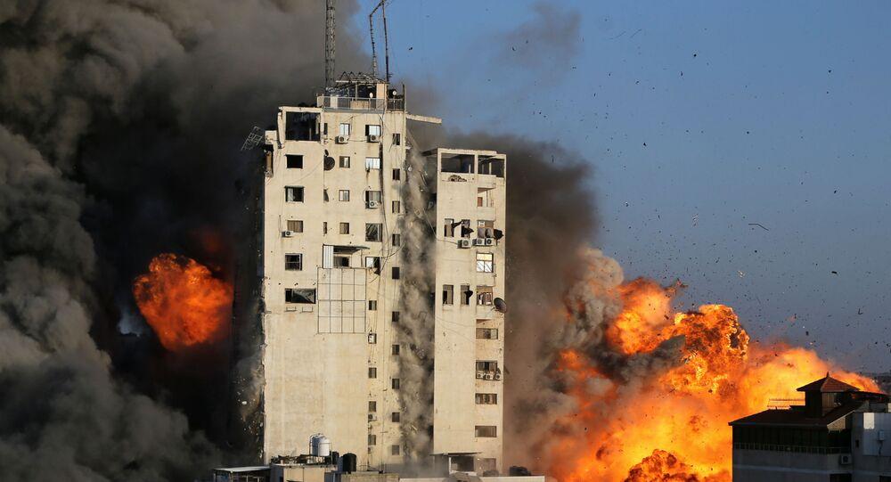 Izraelskie Siły Powietrzne zniszczyły wielopiętrowy budynek w Gazie, 12 maja 2021.