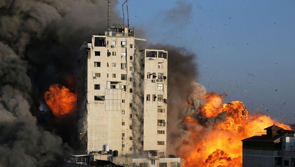 Izraelskie Siły Powietrzne zniszczyły wielopiętrowy budynek w Gazie, 12 maja 2021 - Sputnik Polska