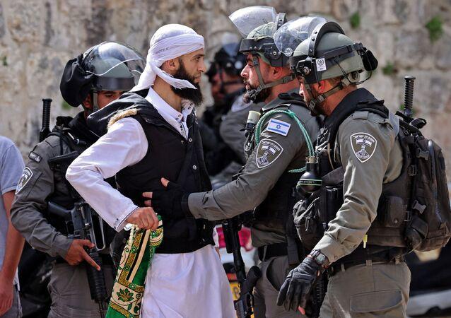 Palestyńczyk i izraelscy żołnierze.