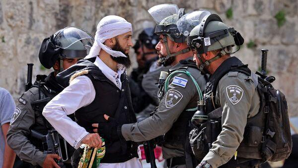 Palestyńczyk i izraelscy żołnierze - Sputnik Polska