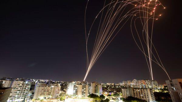"""Izraelski system antyrakietowy """"Żelazna Kopuła"""" przechwytuje pociski wystrzelone ze Strefy Gazy w kierunku Izraela - Sputnik Polska"""
