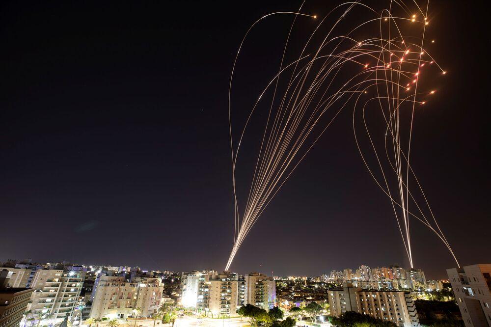 """Izraelski system antyrakietowy """"Żelazna Kopuła"""" przechwytuje pociski wystrzelone ze Strefy Gazy w kierunku Izraela"""