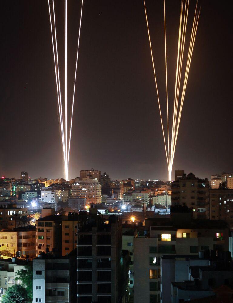 Rakiety wystrzeliwane są ze Strefy Gazy, kontrolowanej przez palestyński ruch Hamas, w odpowiedzi na izraelski nalot na 12-piętrowy budynek w mieście