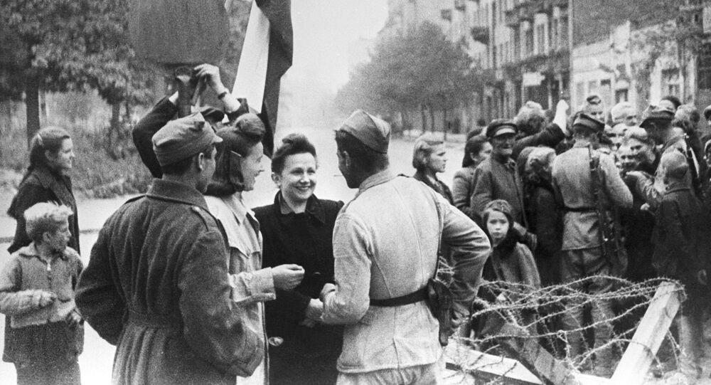 Mieszkańcy Warszawy i żołnierze Armii Czerwonej. Wyzwolenie Polski. Wielka Wojna Ojczyźniana 1941-1945.