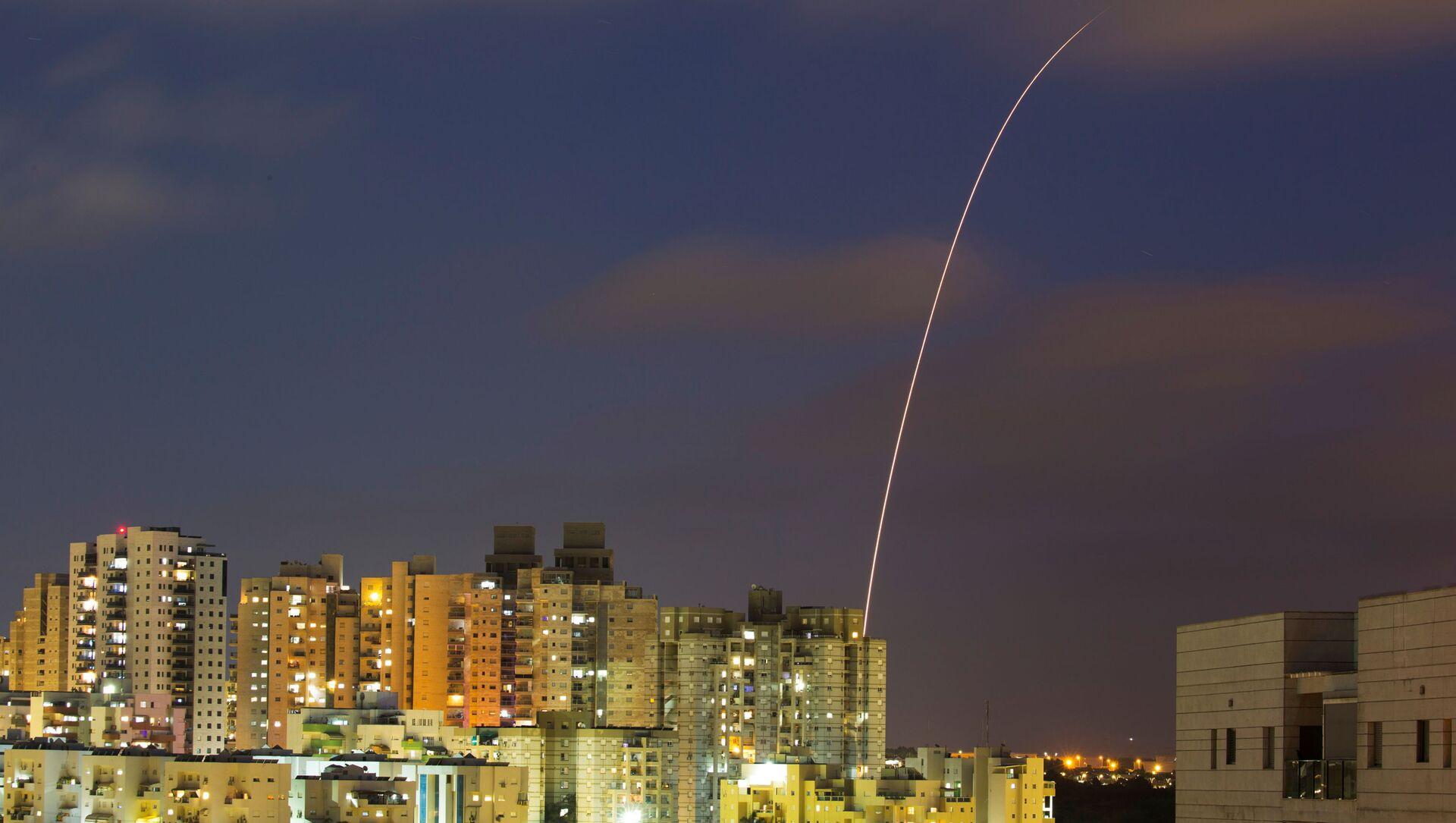 Izraelski system antyrakietowy Żelazna Kopuła próbuje przechwycić pociski wystrzelone ze Strefy Gazy w kierunku Izraela - Sputnik Polska, 1920, 16.05.2021