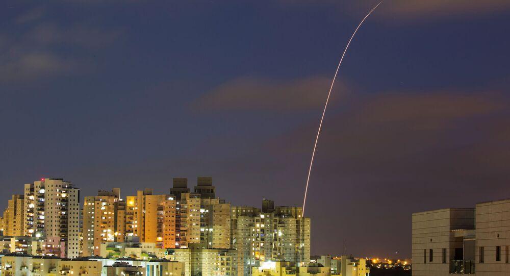 Izraelski system antyrakietowy Żelazna Kopuła próbuje przechwycić pociski wystrzelone ze Strefy Gazy w kierunku Izraela.