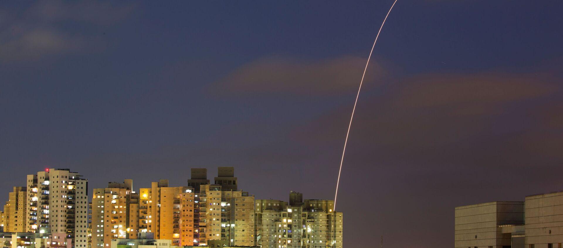 Izraelski system antyrakietowy Żelazna Kopuła próbuje przechwycić pociski wystrzelone ze Strefy Gazy w kierunku Izraela - Sputnik Polska, 1920, 18.05.2021