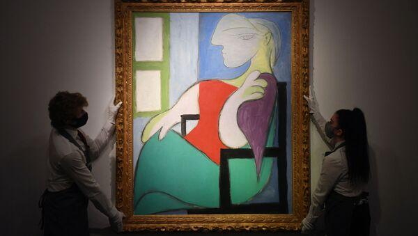 """Obraz Pabla Picassa """"Kobieta siedząca przy oknie (Marie-Therese)"""" został sprzedany przez ton aukcyjny Christie's w Nowym Jorku za 103,4 miliona dolarów - Sputnik Polska"""