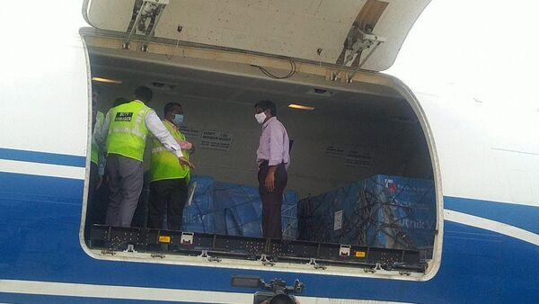 Samolot z rosyjską szczepionką Sputnik V na lotnisku w New Delhi.  - Sputnik Polska