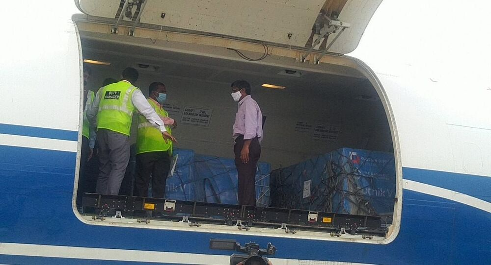 Samolot z rosyjską szczepionką Sputnik V na lotnisku w New Delhi.
