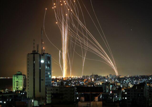 Pociski wystrzeliwane z miasta Gaza kontrolowanego przez palestyński ruch Hamas