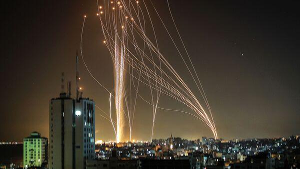 Pociski wystrzeliwane z miasta Gaza kontrolowanego przez palestyński ruch Hamas - Sputnik Polska