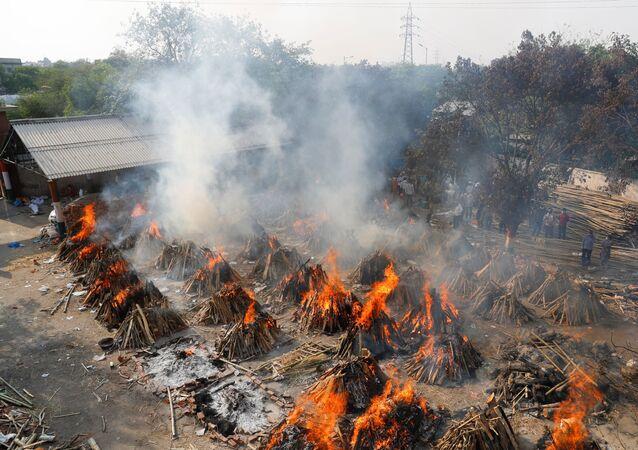 Masowa kremacja ciał w New Delhi.