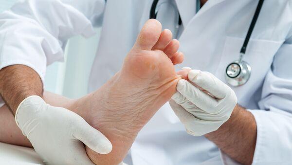 Lekarz ogląda stopy pacjenta - Sputnik Polska