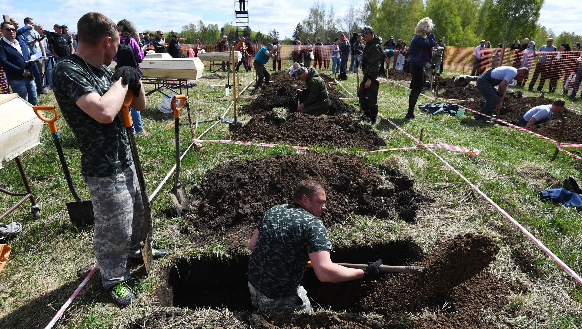 W Nowosybirsku odbyły się zawody w kopaniu grobów na czas.  - Sputnik Polska, 1920, 15.05.2021