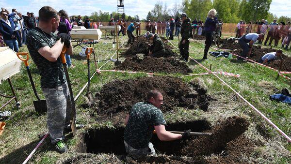 W Nowosybirsku odbyły się zawody w kopaniu grobów na czas.  - Sputnik Polska