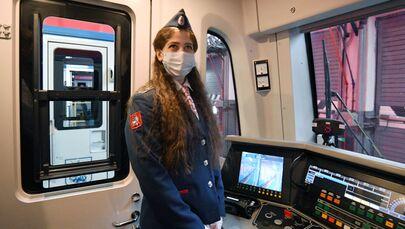 Maszynistka Maria Jakowlewa w wagonie pociągu w zajezdni Fili moskiewskiego metra