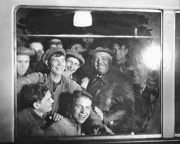 Budowniczowie w wagonie pierwszego pociągu elektrycznego moskiewskiego metra, 1935 rok  - Sputnik Polska