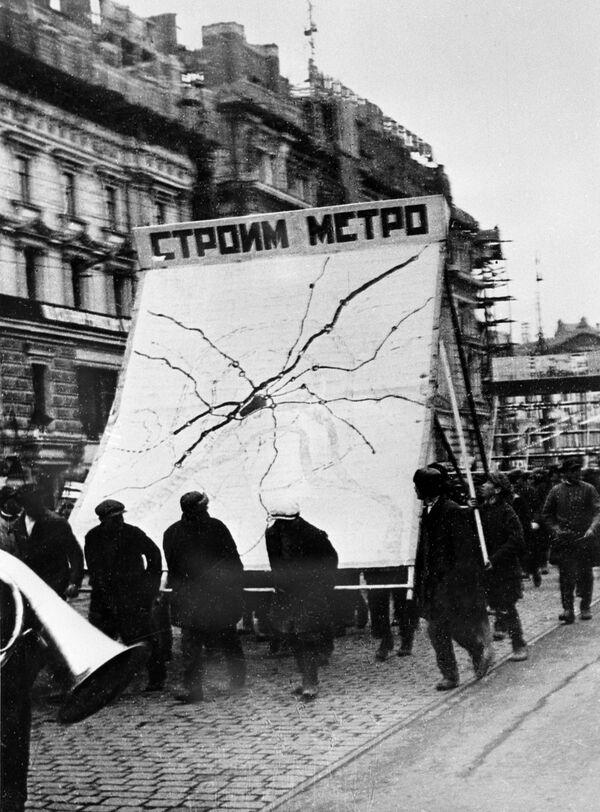 Obchody 15. rocznicy Wielkiej Październikowej Rewolucji Socjalistycznej w Moskwie. Kolumna budowniczych moskiewskiego metra zmierzająca w kierunku Placu Czerwonego, 1932 r - Sputnik Polska
