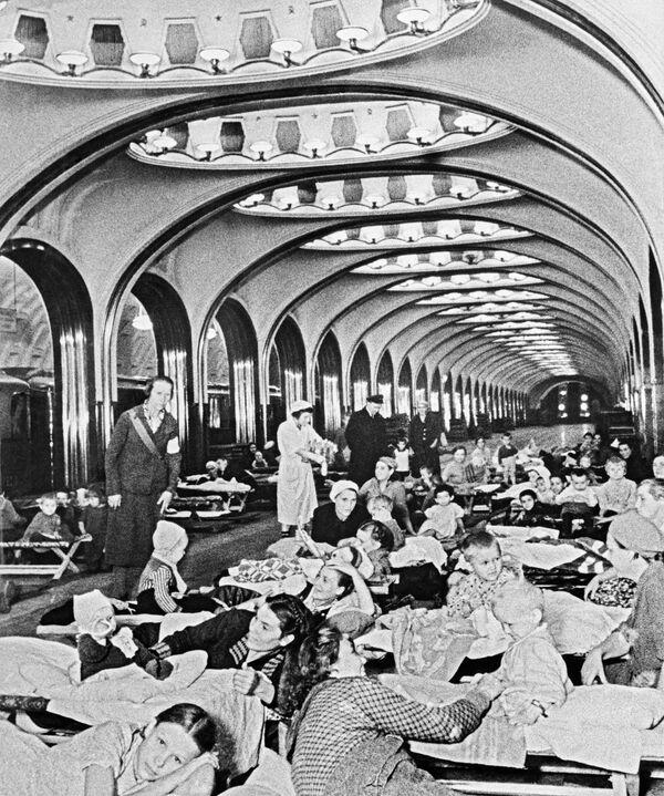 Schron przeciwbombowy na stacji metra Majakowskaja, 1941 r - Sputnik Polska