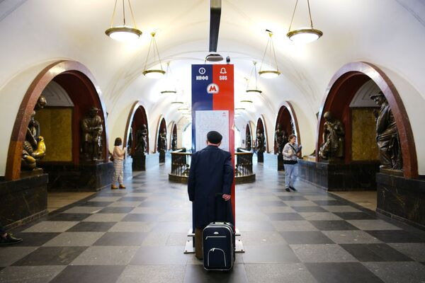 Pasażerowie na stacji Ploszadź Rewoljutsii moskiewskiego metra, 2021 rok  - Sputnik Polska