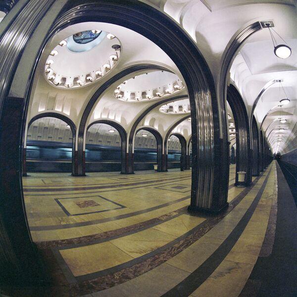 """Wnętrze moskiewskiej stacji metra """"Majakowskaja"""", 1985 rok - Sputnik Polska"""