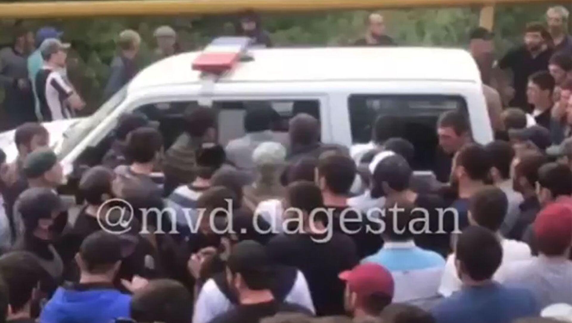 W Dagestanie ponad dwieście osób usiłowało uwolnić z aresztu mężczyznę, który został zatrzymany po potrąceniu funkcjonariusza drogówki.  - Sputnik Polska, 1920, 16.05.2021