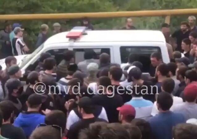 W Dagestanie ponad dwieście osób usiłowało uwolnić z aresztu mężczyznę, który został zatrzymany po potrąceniu funkcjonariusza drogówki.