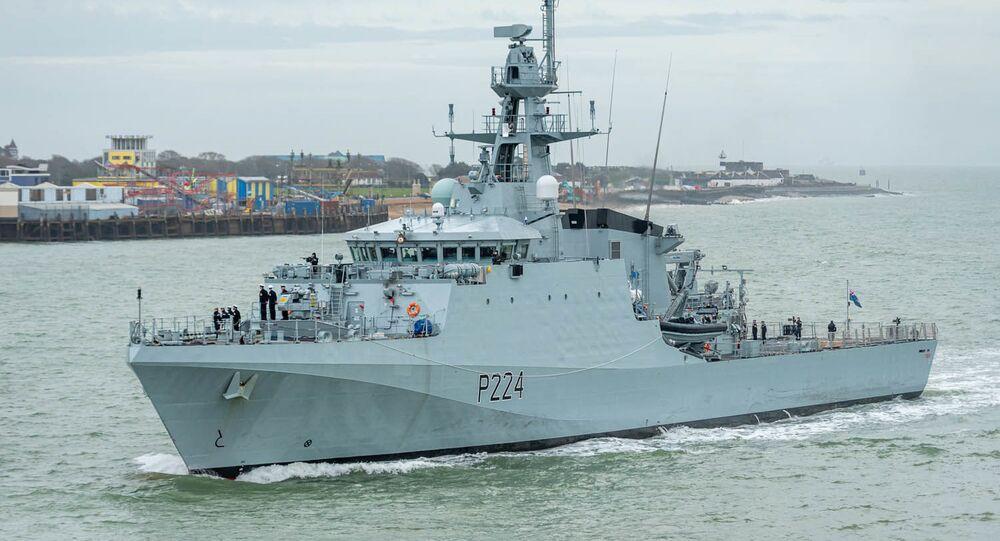 """Brytyjski statek patrolowy """"Trent""""."""