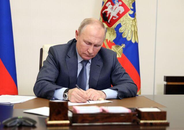 Prezydent Rosji Władimir Putin podczas wideokonferencji z członkami rosyjskiego rządu
