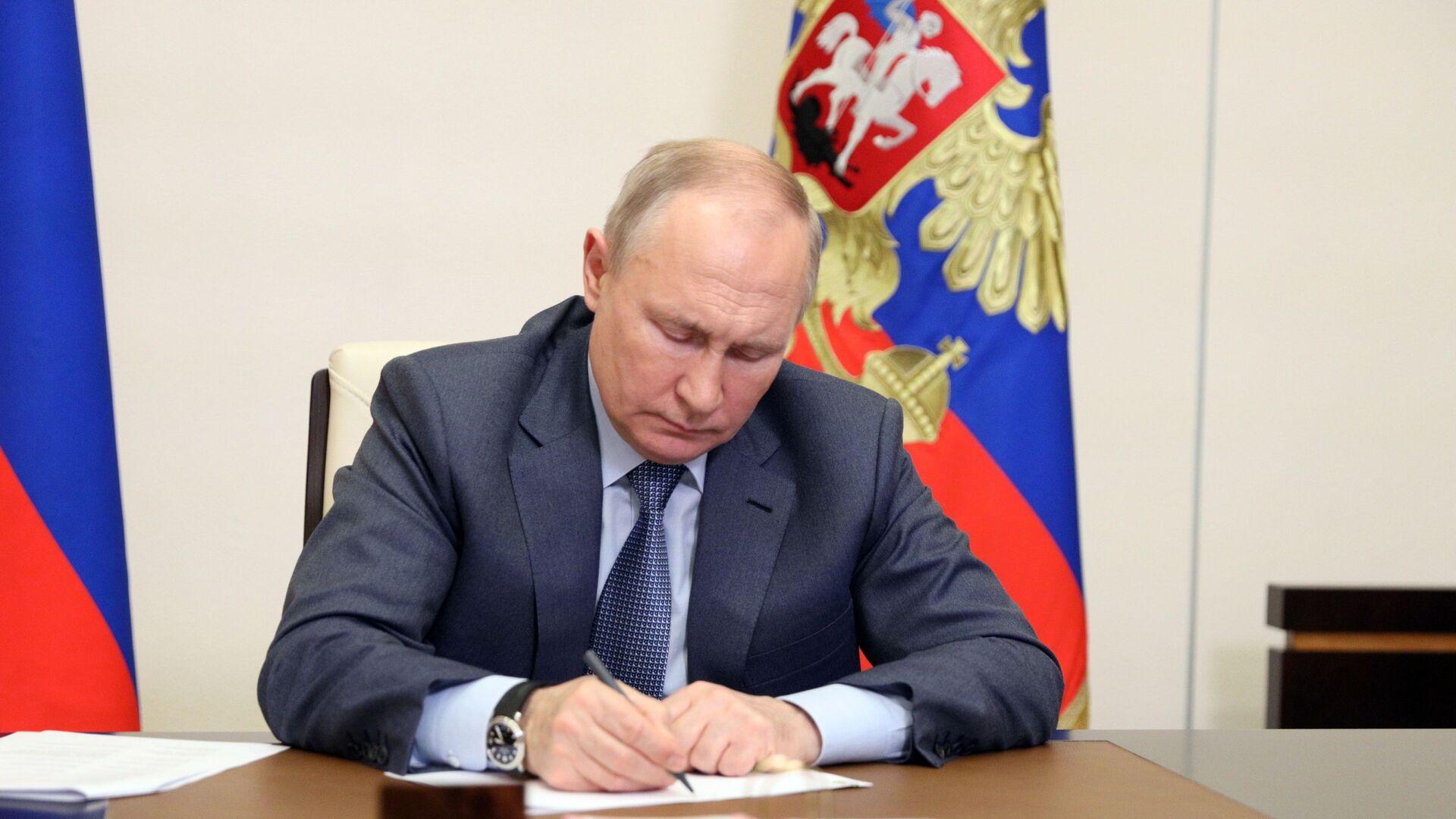 Prezydent Rosji Władimir Putin podczas wideokonferencji z członkami rosyjskiego rządu - Sputnik Polska, 1920, 14.09.2021