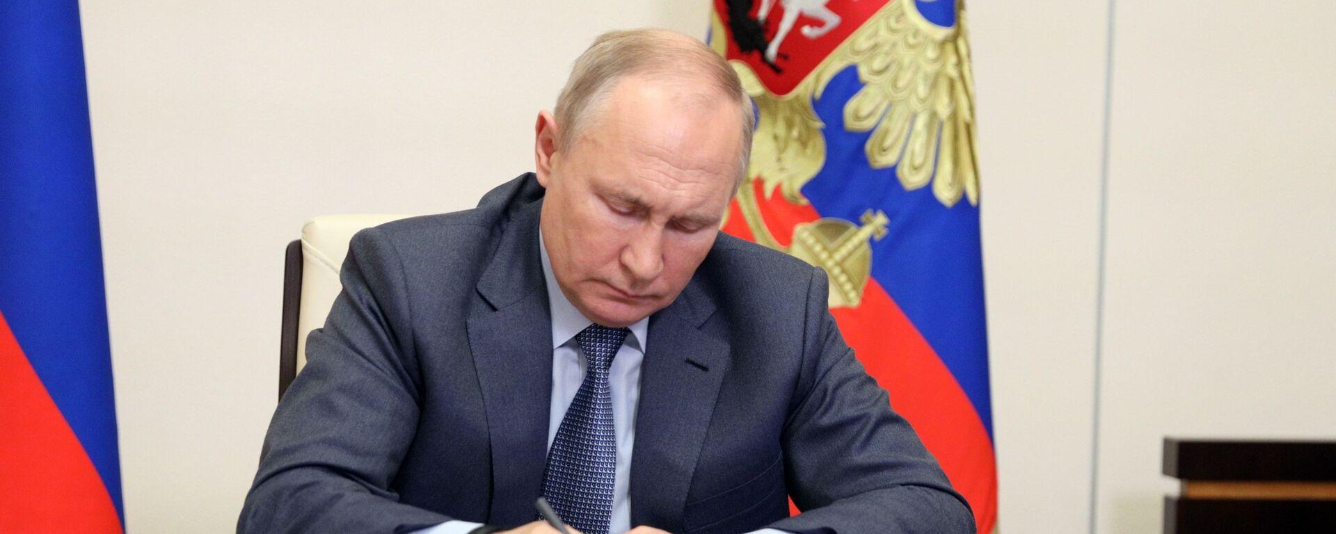 Prezydent Rosji Władimir Putin podczas wideokonferencji z członkami rosyjskiego rządu - Sputnik Polska, 1920, 22.06.2021