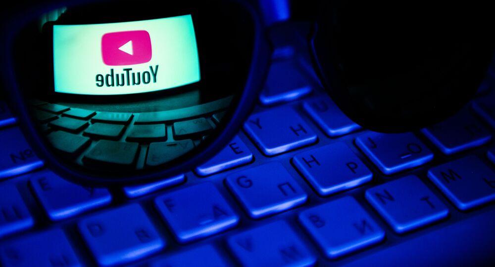 Odbicie w soczewce logo hostingu wideo YouTube