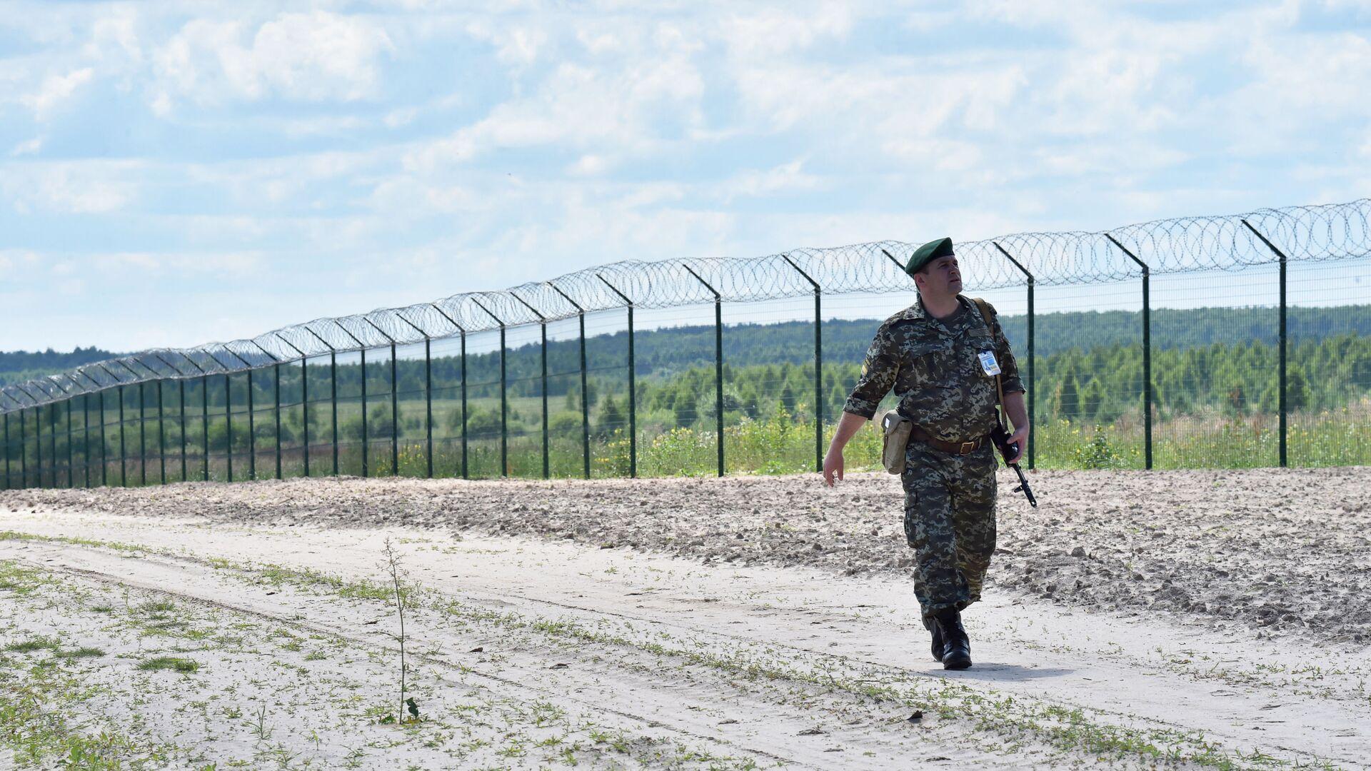 Ukraińska straż graniczna przy płocie na przejściu granicznym Senkowka - Sputnik Polska, 1920, 19.05.2021