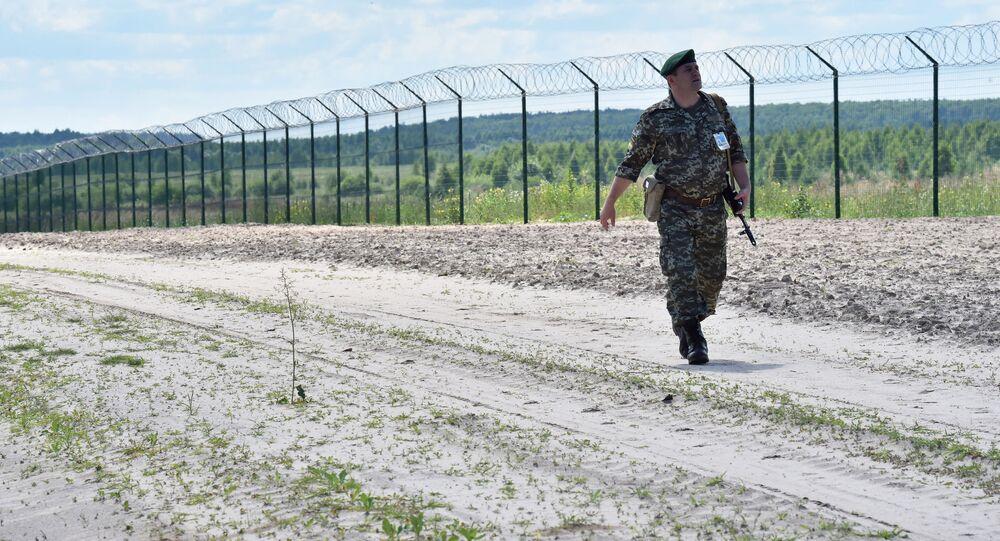 Ukraińska straż graniczna przy płocie na przejściu granicznym Senkowka